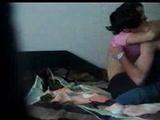 Chica perdiendo su virginidad en video
