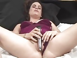amateur woman sticks a dildo